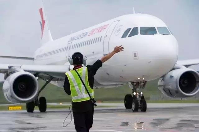 执行此次首航任务的是东方航空公司的空客A320飞机,经过机组人员的多次起降、盘旋,对山字河机场的导航设施、助航灯光、通信设备、飞行程序、净空环境、保障能力等进行了全面的验证。结果显示,各项参数和指标正常,机场相关设施满足通航条件。