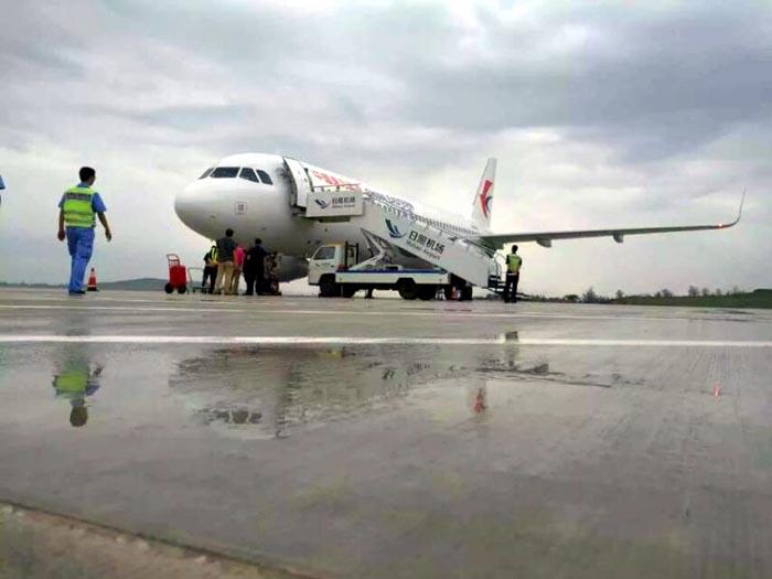 目前,经过积极对接,有关航线开通事宜已获航空公司的支持,初步拟定:日照机场2015年冬春航季(2015年10月-2016年3月)开通至北京、上海、广州、哈尔滨、大连的航班;2016年夏秋航季(2016年3月-2016年10月)加密至北京、上海的航班,并开通至西安、成都、太原、济南的航班,航线分别由中联航、东航、南航、东航执飞。首尔航线已与东航、中联航等航空公司进行了沟通,待机场口岸开放后,尽快开通。同时根据口岸申请进度,开通至首尔、台北的国际和地区航班(包机)。